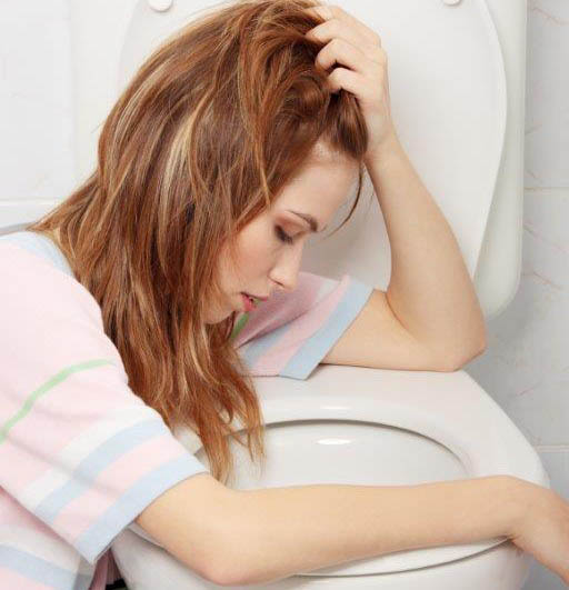 Mulher com náuseas e vontade de vomitar