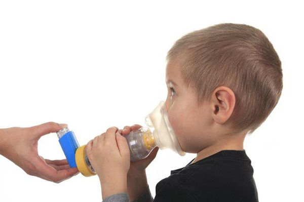 Criança com bronquiolite a utilizar câmara expansora