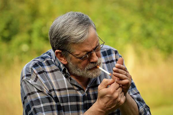 Homem a acender cigarro