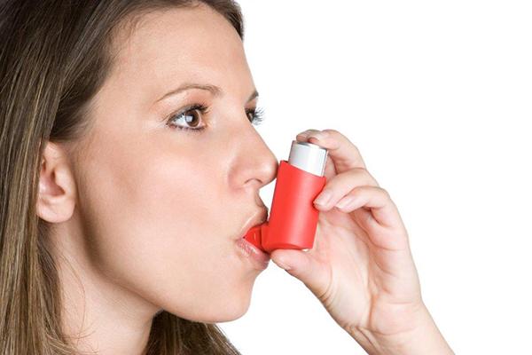 Mulher a utilizar bomba de asma