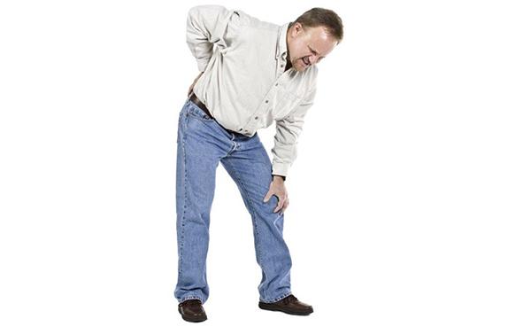 Homem dobrado com dores nas costas
