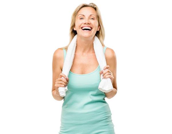 Mulher feliz com toalha no pescoço
