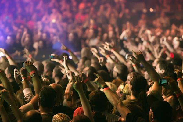Público em festival de música a assistir a concerto
