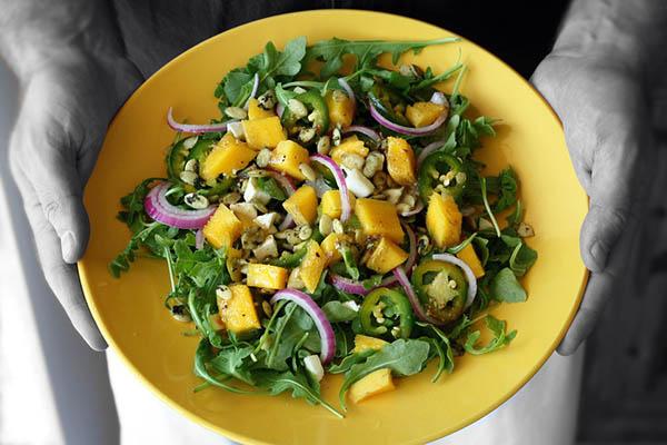 Salada com rúcula cebola e manga