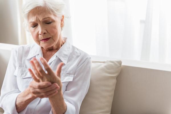 Mulher idosa com dores na mão