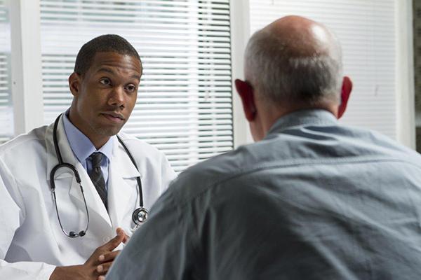 Médico e homem em consulta