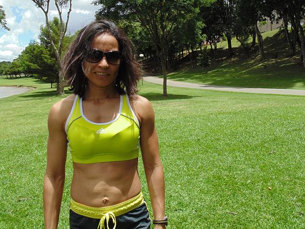 Mulher no jardim com roupa de desporto