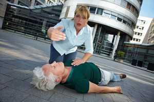 Mulher a pedir socorro para mulher inconsciente no chão