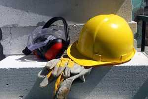 Capacete e outro equipamento de proteção para ilustrar a prevenção de acidentes de trabalho