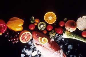 Alimentos diversos incluindo peixe frutas e vegetais