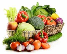 Cestas com vários legumes e vegetais