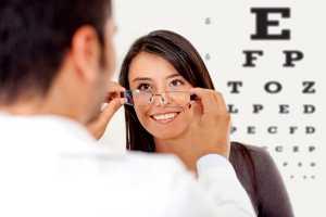 Mulher em consulta de oftalmologia
