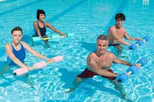 Quatro pessoas em piscina a fazer hidroginática