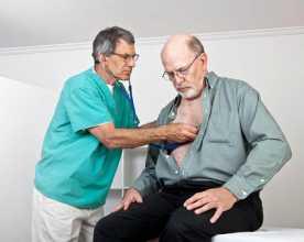Médico a auscultar coração de homem obeso
