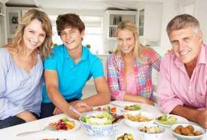 Família à mesa na hora da refeição