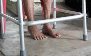 Pés descalços e andarilho