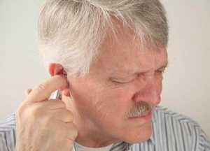 Homem com o dedo no ouvido e sinal de dor
