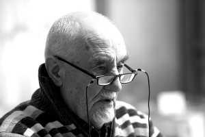 Homem sénior com óculos de ver