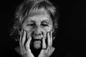 Mulher de meia idade com preocupação aparente