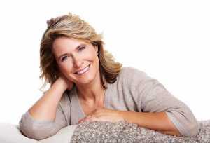 Mulher feliz em fase da menopausa