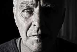 Grande plano a preto e branco da cara de homem de meia idade