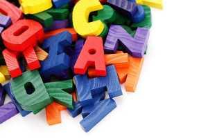 Peças de letras com várias cores