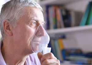 Homem com dispneia a utilizar máscara de oxigénio