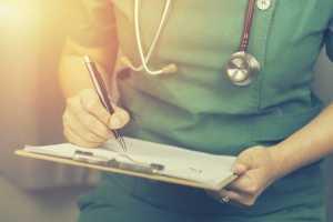 Enfermeira com guia de tratamento