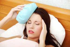 Mulher com dor de cabeça forte