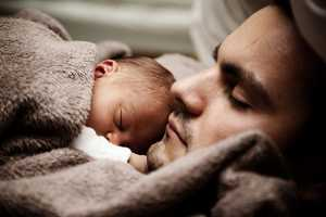 Bebé a dormir com o pai