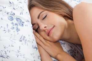 Mulher a dormir com a cabeça na almofada