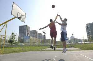 Dois homens a jogar basket