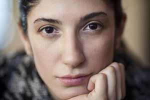 Mulher com olhar pensativo