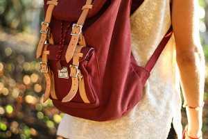 Criança com mochila às costas