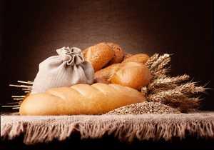 Pão e trigo em cima de mesa