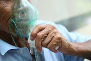 Homem com máscara de oxigénio