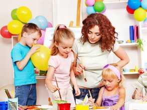 Crianças no infantário a realizarem actividades com educadora