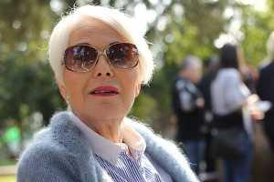 Mulher de cabelos brancos com óculos de sol