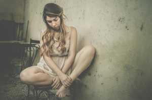 Rapariga triste sentada