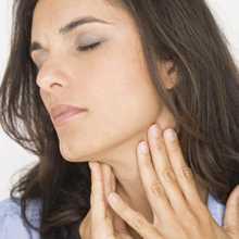 Mulher com dor na zona da garganta proveniente da papeira