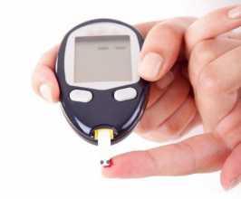Medidor de glicemia com amostra de sangue de dedo indicador