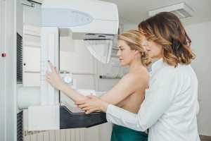 Técnica ajuda mulher a fazer mamografia