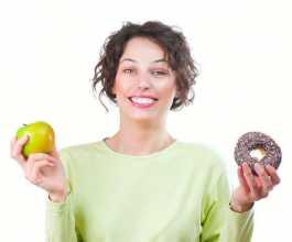 Mulher com dúvida sobre o que comer para prevenir as hemorróidas
