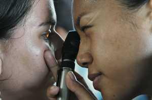 Oftalmologista a examinar paciente