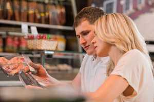 Casal às compras no supermercado
