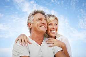 Casal de meia idade feliz