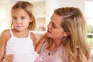 Mãe a cuidar de filha com varicela