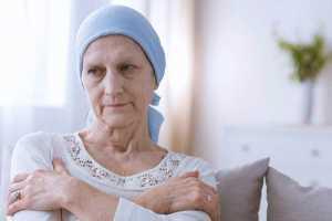 Doente oncológica com lenço na cabeça
