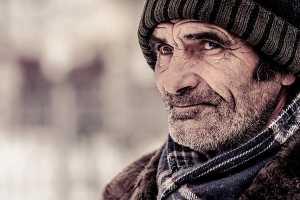 Homem de gorro e cachecol em ambiente frio