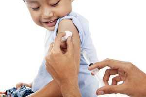 Menino a ser vacinado no braço
